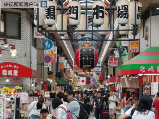 """距离大阪市中心不远的黑门市场是""""吃货""""福地,它有近200年历史,最初主要卖海鲜水产,因为旁边寺院大门是黑色而得名(央视记者张晓鹏拍摄)"""