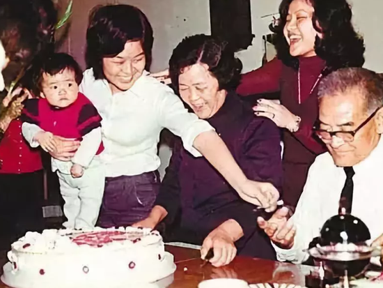 梁振英父母与他的姐妹及外甥(资料图片)