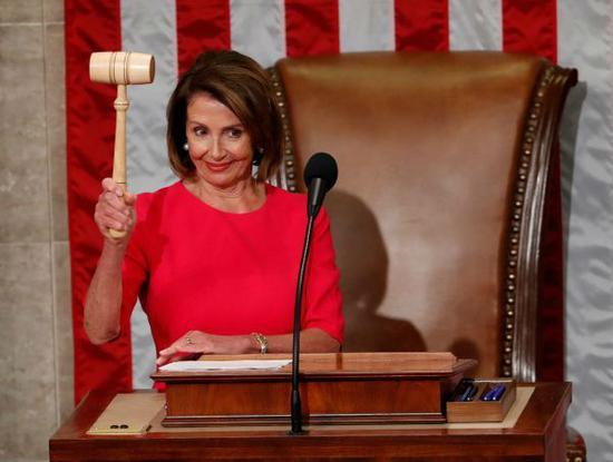 佩洛西1月3日当选美国第116届国会众议院议长后举槌示意。(路透社)