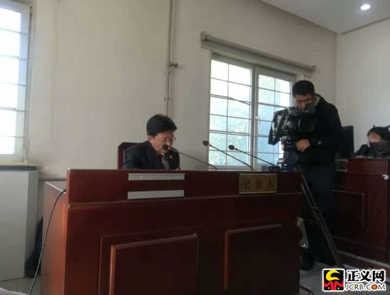 公诉人宣读证人证言。崔晓丽 摄