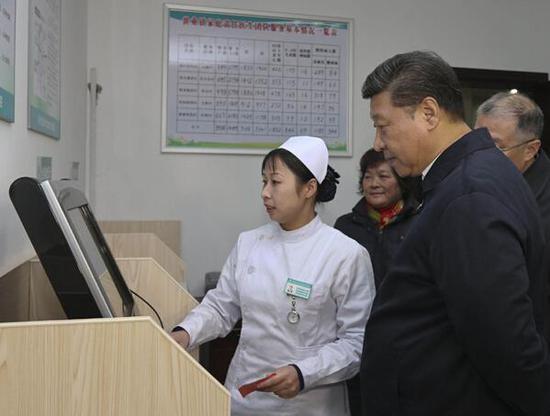 2014年12月13日,习近平来到镇江市丹徒区世业镇卫生院,了解农村医疗卫生事业发展和村民看病就医情况。图片来源:新华社