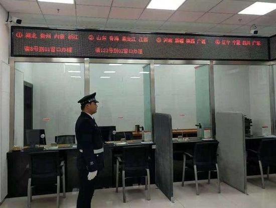 退役军人事务部来访接待室共有8个窗口,按省份划分(图/退役军人事务部)