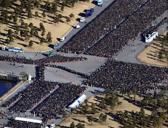 日本民多列队等候进入皇宫参贺
