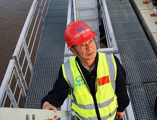 ▲中铁大桥局集团同江中俄铁路大桥项目经理部党工委书记林永汉在检视大桥。(6月4日摄)本报记者谢锐佳摄