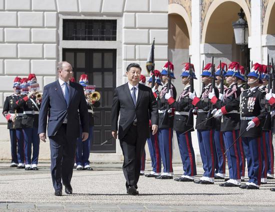 3月24日,国家主席习近平同摩纳哥亲王阿尔贝二世举行会谈。会谈前,阿尔贝二世亲王为习近平举行隆重欢迎仪式。新华社记者 王晔 摄