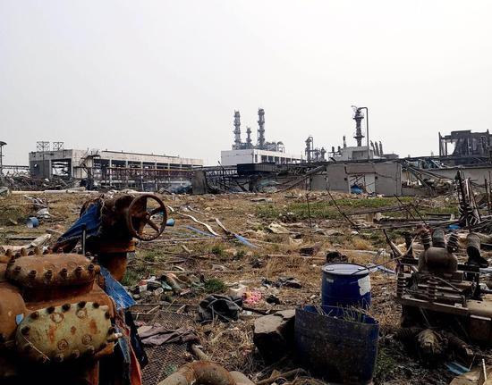 爆炸过后,华旭药业厂区内一片废墟。3月24日,一墙之外的天嘉宜化工已经熄灭明火,但爆炸点一侧仍冒着徐徐白烟。