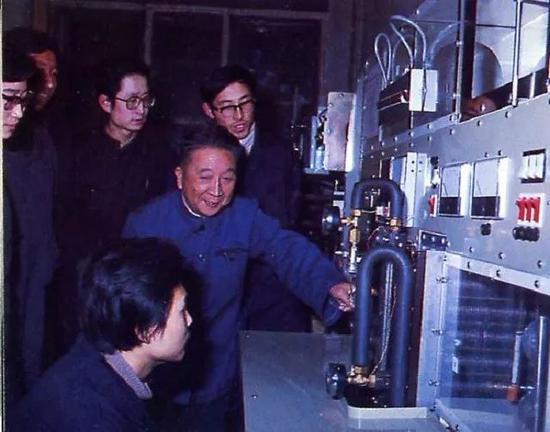 徐邦裕在实验室。