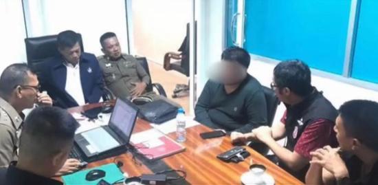 泰国警方审讯嫌犯张某凡。