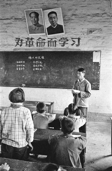 1979年2月,广州附近,讲课的先生。