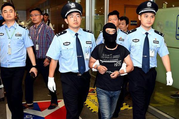 北京公交乘屋 仅一台务员提示乘曝光迪拜私人航电视就