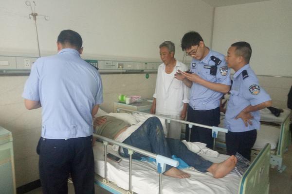 香港反對派議員大鬧立法會 潑水搶話筒丑態百出被拖離現場