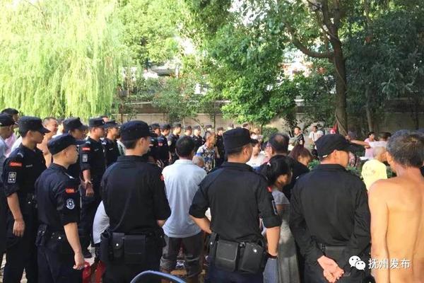上海一男子持刀砍人,警方果断开枪!