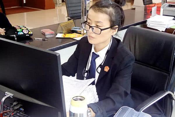 上海地铁一女乘客自备碗筷大口吃面?!现在知错了