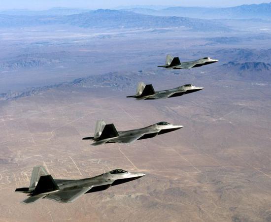 原料图片:美空军F-22隐身战机编队飞走。(图片来源于网络)