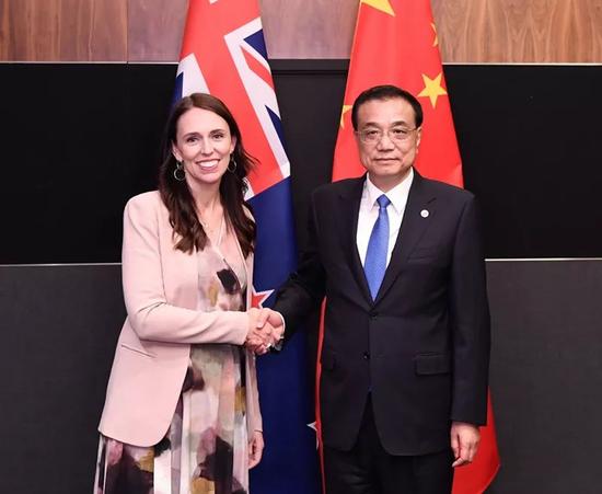 国务院总理李克强在新加坡会见新西兰总理阿å¾・恩。新华社记者 申宏 摄