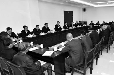 習近平在安徽鳳陽縣小崗村主持召開農村改革座談會并發表重要講話。新華社發