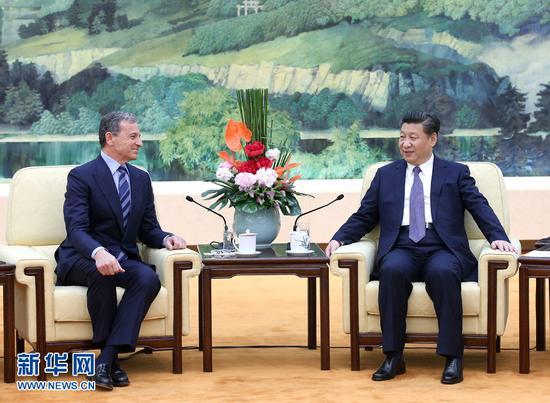 5月5日,國家主席習近平在北京人民大會堂會見美中貿易全國委員會副主席、美國華特迪士尼公司董事長兼首席執行官艾格。 新華社記者 龐興雷 攝