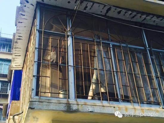 案发现场的阳台,还悬挂着三四张塑料布,衣架上晾着一只一次性手套。张维 摄