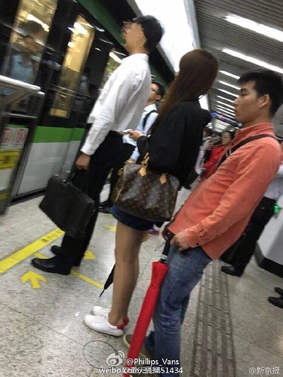 偷排_曝高校男生偷拍女乘客裙底 校方:配合调查(图)|高校男生|上海 ...