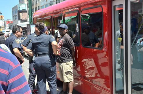 赌巴非洲裔乘客(右一)暴打华裔男子,被警方逮捕。(美国《世界日报》/朱泽人 摄)