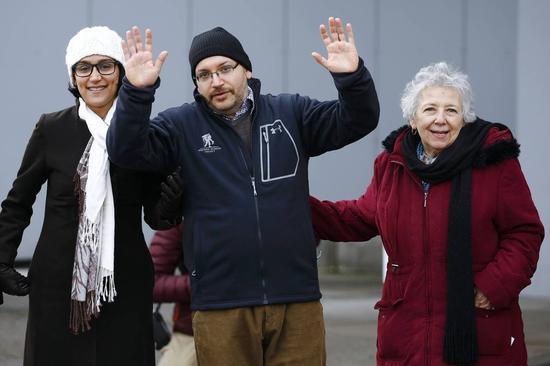 今年1月获释的《华盛顿邮报》记者礼萨安(中),他拥有美伊双重国籍