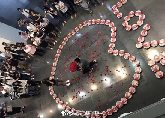 男子用99份小龙虾向女友求婚 网友:实在