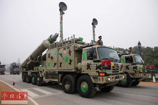 """資料圖:印軍""""佈拉莫斯""""導彈系統行進在首都新德裡國王大道上。(攝影 鄭煥松)"""