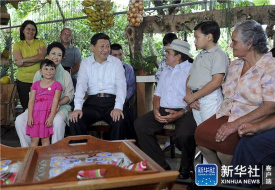 2013年6月3日,習近平和夫人彭麗媛走訪哥斯達黎加埃雷迪亞省圣多明哥小鎮農戶薩莫拉一家,與薩莫拉一家人親切交流。新華社記者 張鐸 攝