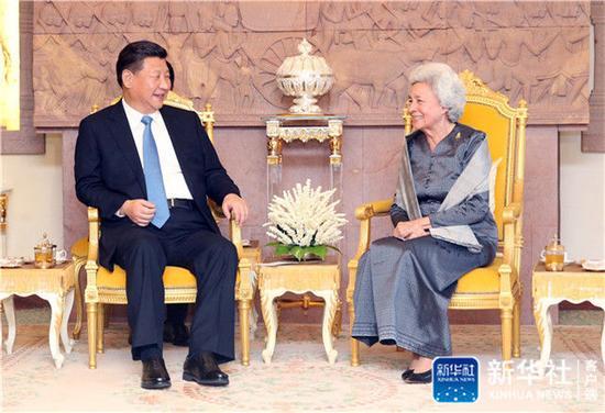 2016年10月13日,習近平在金邊看望柬埔寨太后莫尼列。莫尼列太后特意請習近平在西哈努克太皇生前常坐的椅子上就座。新華社記者 姚大偉 攝