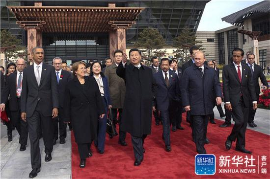 2014年11月11日,習近平與參加2014年亞太經合組織領導人非正式會議的各成員經濟體領導人、代表共植APEC亞太伙伴林。這是習近平主席與各成員經濟體領導人、代表前往植樹。新華社記者 蘭紅光 攝