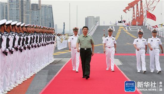 2013年8月28日下午,習近平檢閱遼寧艦水兵儀仗隊。新華社記者 李剛 攝