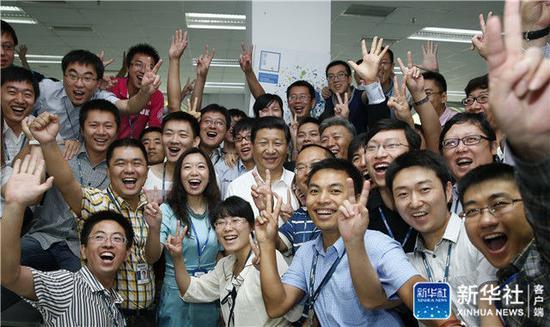 2013年8月29日,習近平在東軟集團(大連)有限公司同年輕員工親切合影。新華社記者 鞠鵬 攝