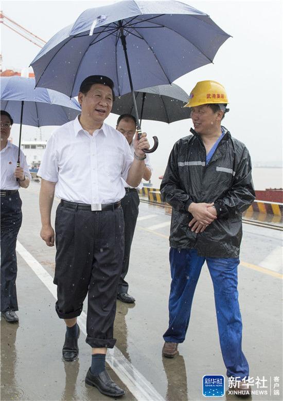 2013年7月21日上午,習近平冒雨來到武漢新港陽邏集裝箱港區考察。新華社記者 李學仁 攝