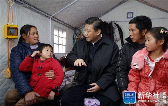 2015年1月19日,習近平來到云南省魯甸地震災區過渡安置點看望受災群眾。新華社記者 鞠鵬 攝