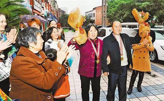 11月18日下午,�s�@第六�萌���道德模范的�淑梅、李其云夫�D回到�~梁,受到父老�l�H��的�崃�g迎。熊明 �D