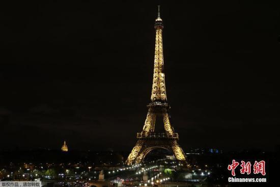 当地时间11月24日,法国巴黎,埃菲尔铁塔熄灯悼念埃及清真寺恐袭遇难者。埃及官方电视台24日报道,埃及北西奈省一座清真寺当天发生的恐怖袭击已造成至少235人死亡、109人受伤。