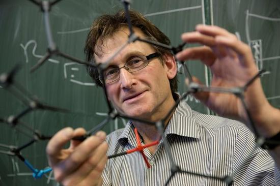 资料图片:荷兰格罗宁根大学提供的2016年诺贝尔化学奖获得者之一伯纳德·费林加的照片。新华社/路透