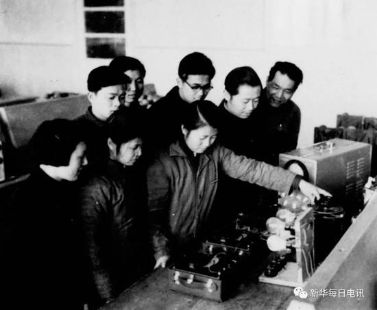 """哈工大""""八百壮士""""代表、被誉为""""铁将军""""的俞大光(右二)指导学生做实验。"""