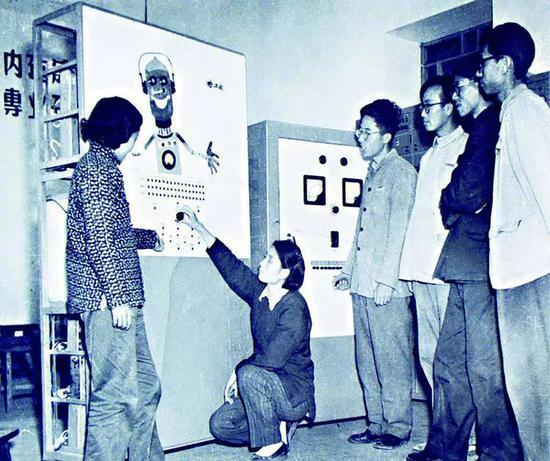 我国第一台能说话、会下棋的数字计算机在哈工大诞生。