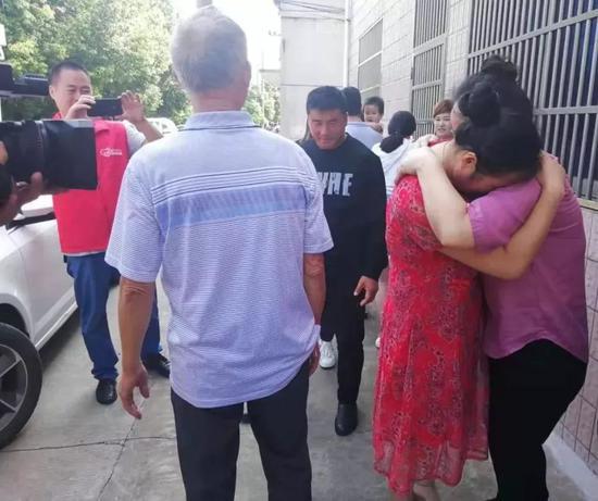 9月13日晚上王祥白(左兩)取姐姐抱正在一路痛哭 。受訪者供圖
