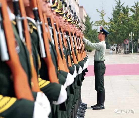 2019年9月,大阅兵升国旗方队在烈日下进行刻苦训练。(本刊记者 侯欣颖 / 摄)