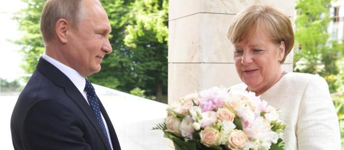 默克尔访俄收玫瑰到底是何意