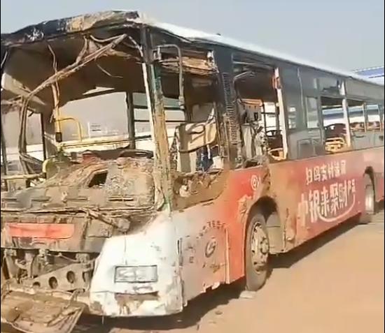 西宁地陷公交车现状曝光:车身过火司机腰部受伤