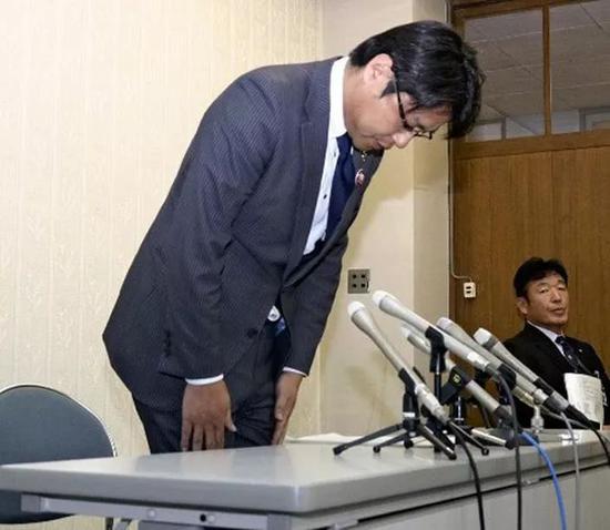 道歉的日本山口县美祢市市长西冈晃