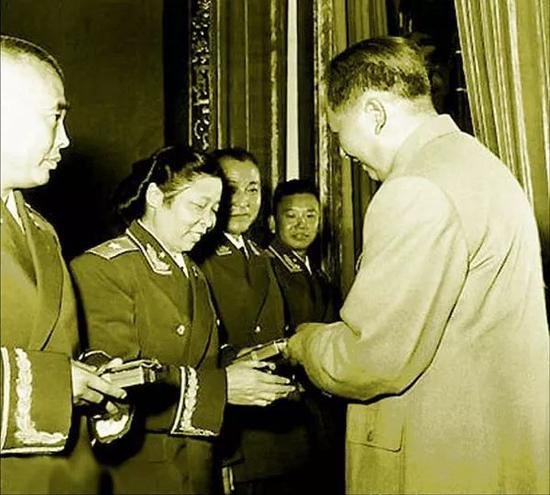 1955年,毛泽东主席将一级解放勋章授予李贞(材料照片)。新华社发