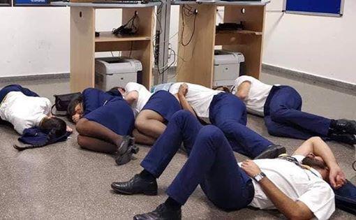 图为引发网络热议的空姐与机师睡地板照片。(脸书)