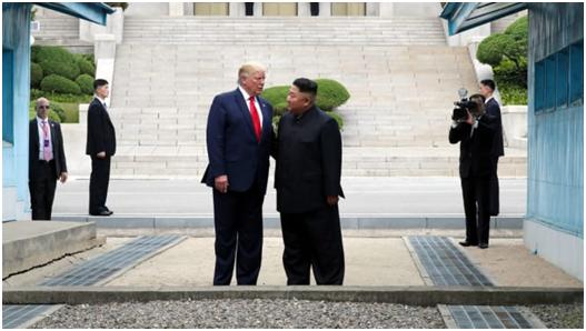 (特朗普與金正恩在板門店會面,圖源:CNBC)