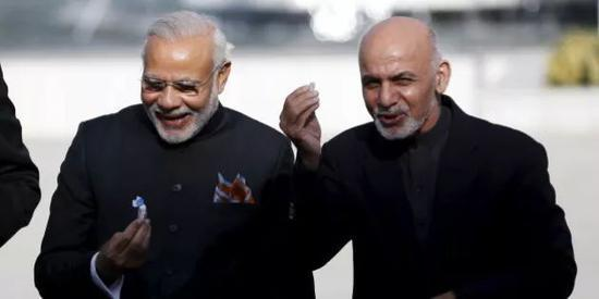 ▲资料图片:2015年12月25日,印度总理莫迪和阿富汗总统加尼共同出席阿富汗新议会大楼开幕仪式。(路透社)