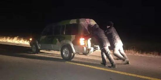 图为干警们为辖区内受困车辆提供帮助。 受访者供图