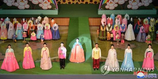 ▲多位模特现身舞台,展示朝鲜服(韩联社)